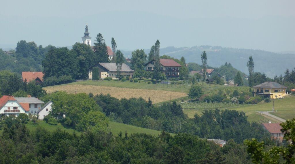 Blick-vom-Labitschberg-die-Kirche-ist-2-km-entfernt